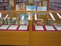 展示「大学事務局田中事務局長と大西事務局次長のおすすめ本」の写真