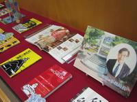 展示大学事務局宮本事務局長のおすすめ本の写真
